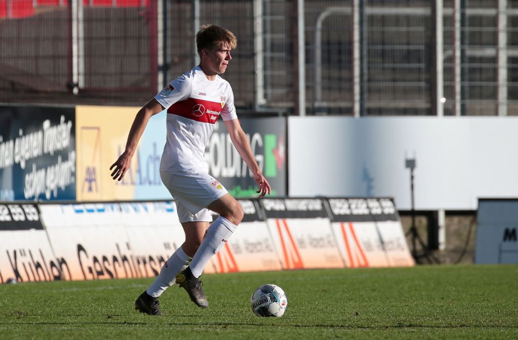 Brach sich in Göppingen den Außenknöchel im Sprunggelenk: VfB-II-Mittelfeldspieler Luca Mack (rechts). Foto: Pressefoto Baumann