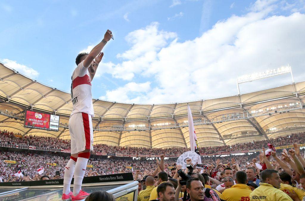 Alex Maxim feiert mit den VfB-Fans – künftig jubelt er für Mainz 05. Foto: Baumann