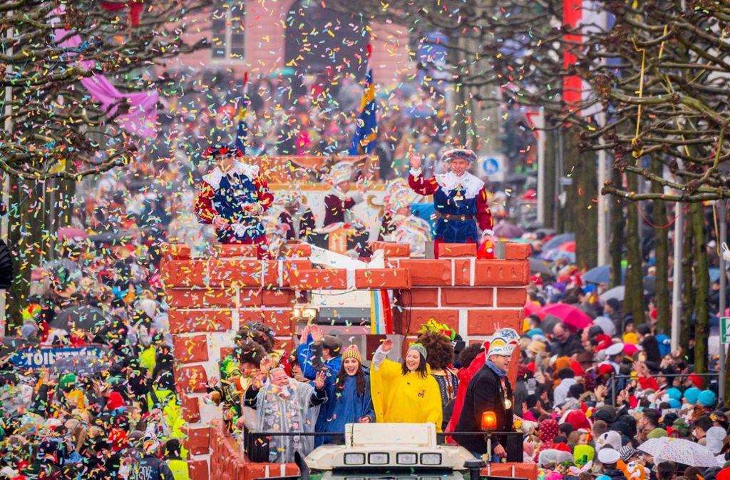 Die Jecken trotzen in den Karnevalshochburgen dem schlechten Wetter und lassen sich ihre gute Stimmung nicht verderben. Foto: dpa/Andreas Arnold