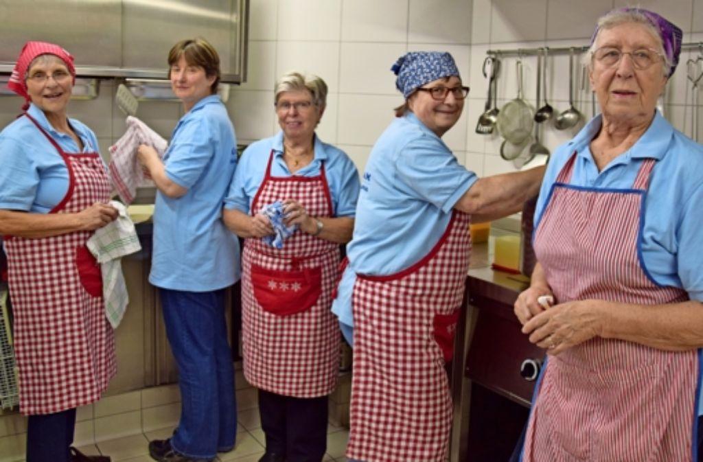 Dorothea Klein (Zweite von rechts) und insgesamt etwa 20 Ehrenamtliche servieren zweimal in der Woche eine warme Mahlzeit im Gemeindehaus. Foto: Alexandra Kratz