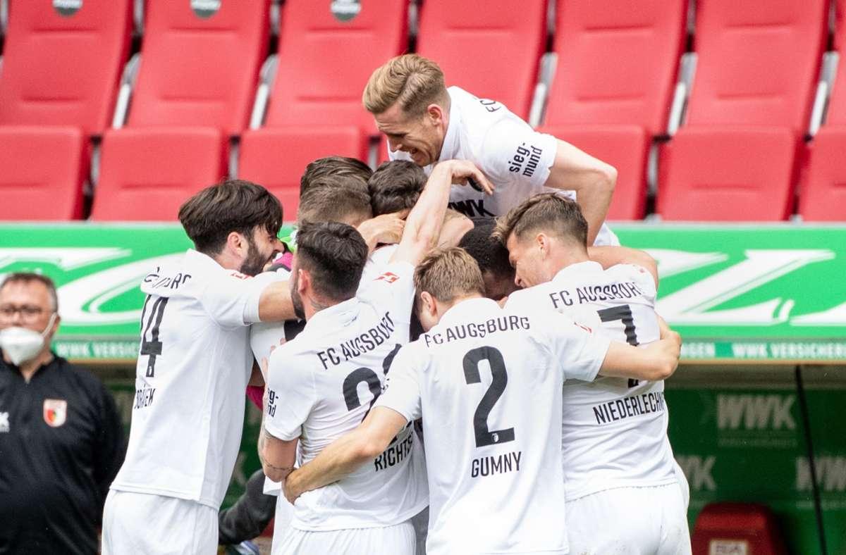 Der FC Augsburg sicherte sich durch den Sieg gegen Werder Bremen den Klassenverbleib. Foto: dpa/Matthias Balk
