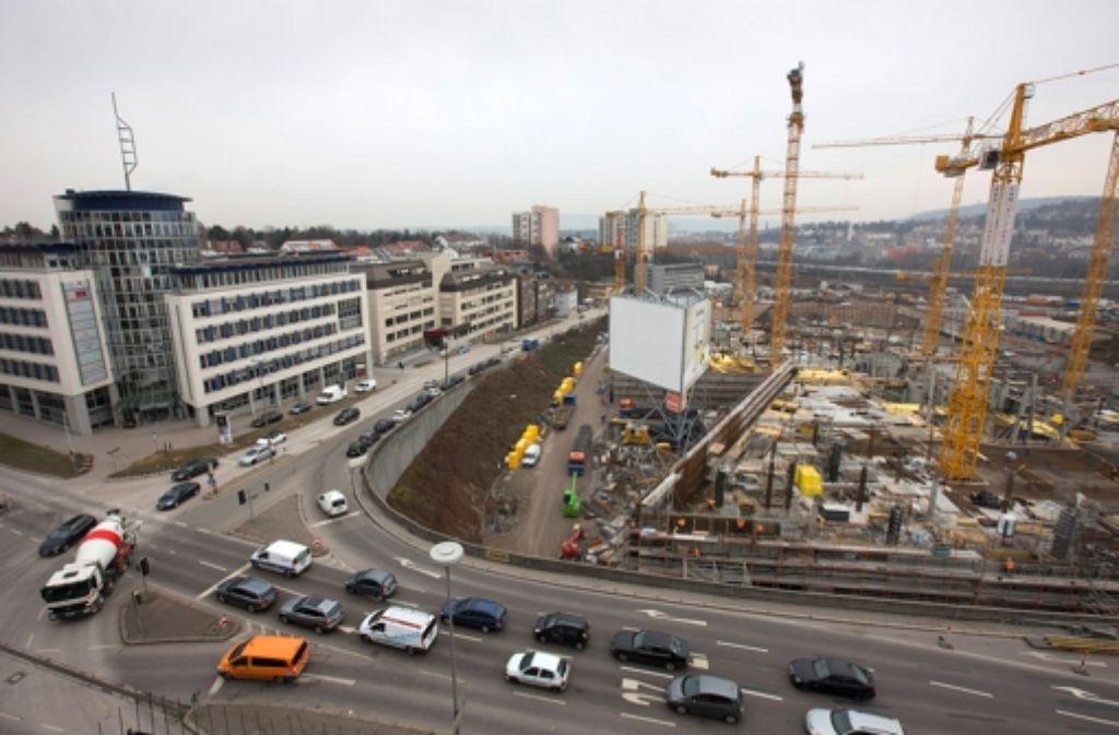 An der Ecke Heilbronner Straße/Wolframstraße wird der Belag aufgerissen. Foto: Steinert