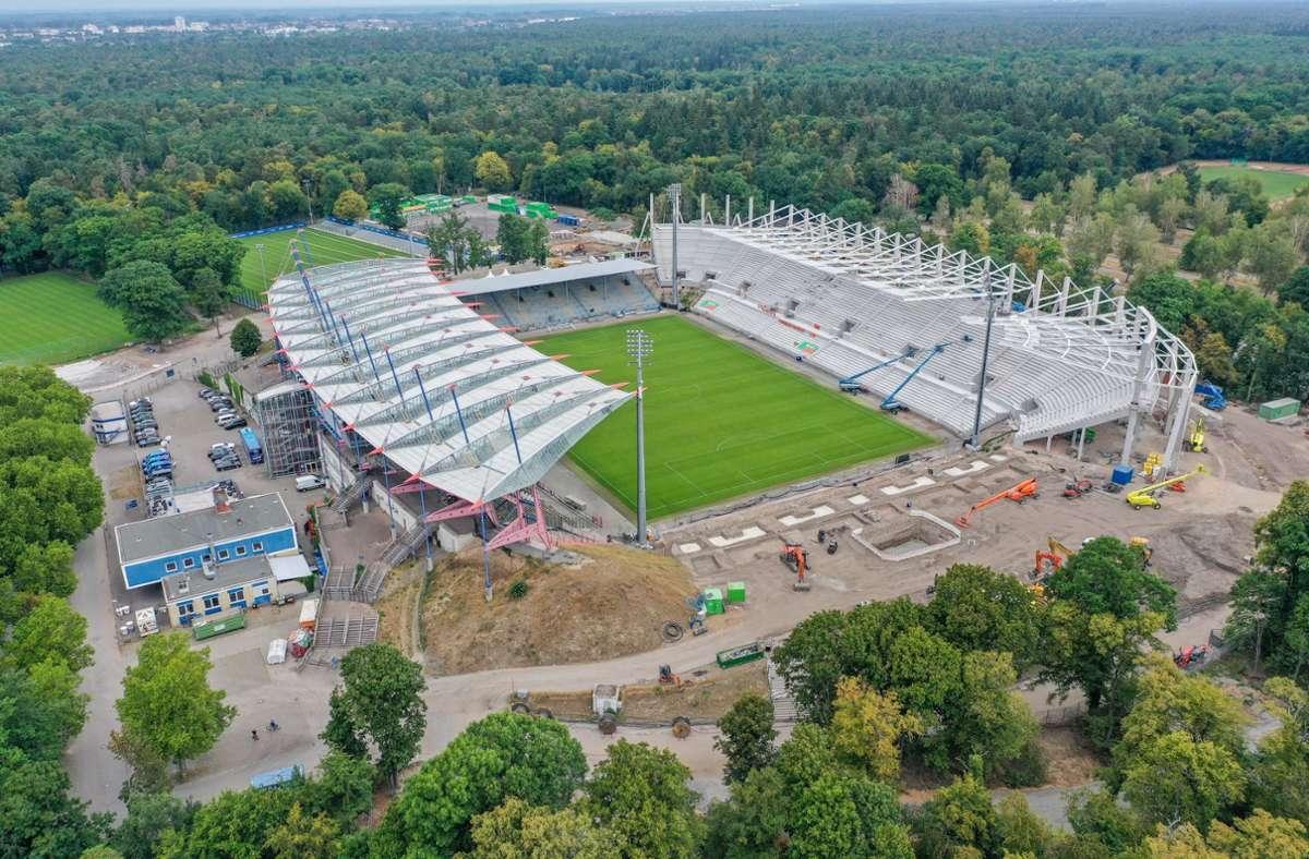 Das neue Fußballstadion des Karlsruher SC ist fast fertig – doch der Weiterbau stockt. Foto: imago images/Tim Carmele