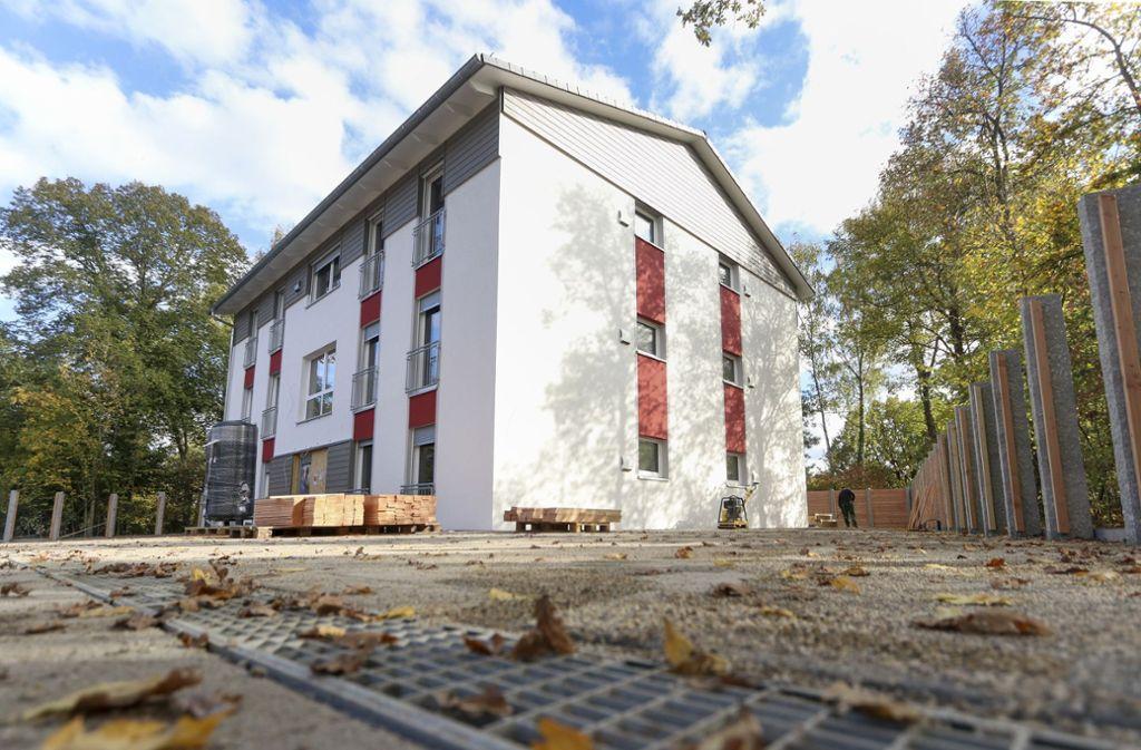 In Korntal hat die Stadt ein Haus für Flüchtlinge gebaut. Die Verwaltung will sich aber ergänzend  über das neue Programm des Landes informieren. Foto: Archiv/factum