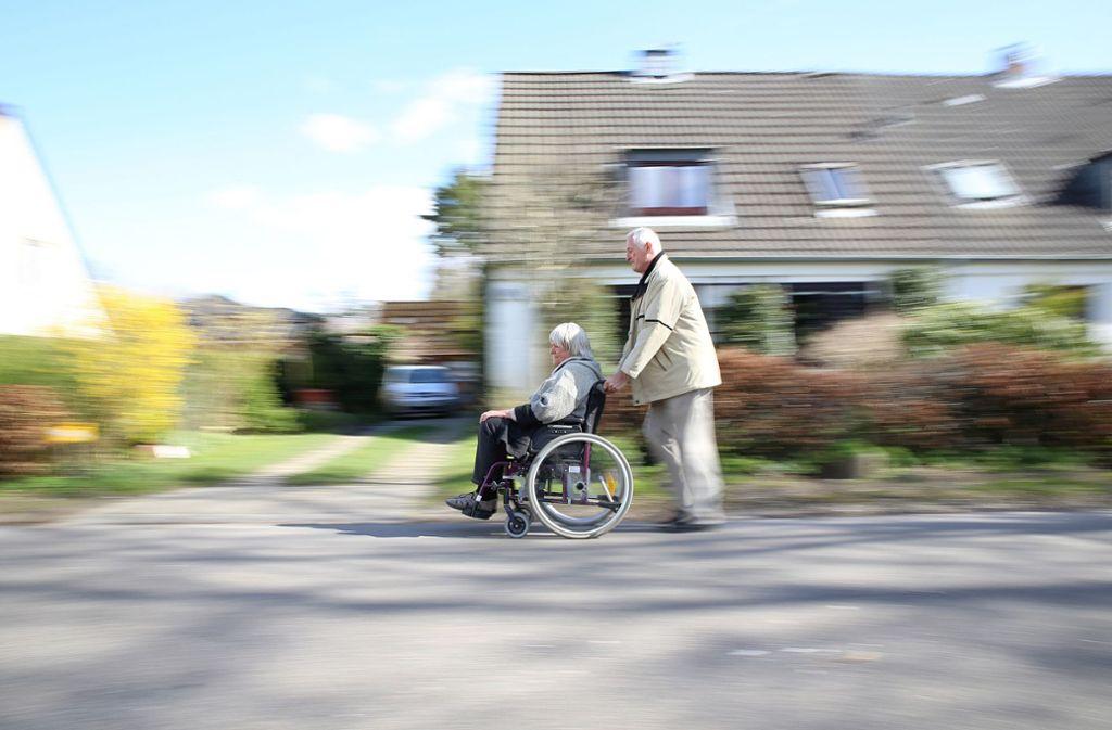 Pflegende Angehörige brauchen Entlastung. Vielerorts mangelt es aber an Angeboten. Foto: dpa