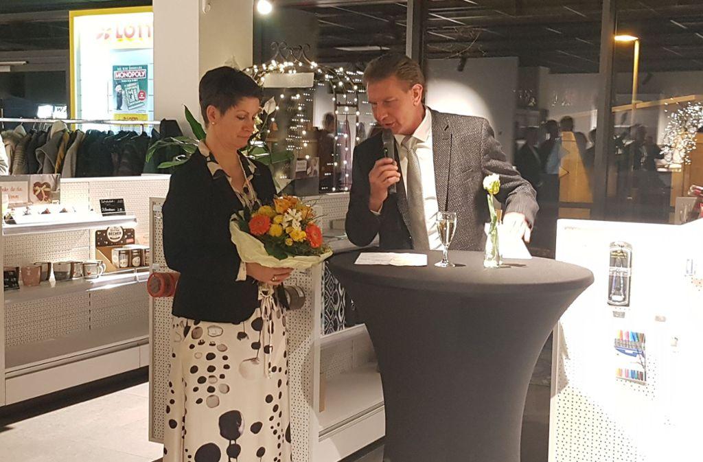 Michaela Grimm und der Eislinger OB Klaus Heininger bei der Einweihung des neuen Servicepunkts im Eislinger Bahnhof. Foto: Lena Hummel