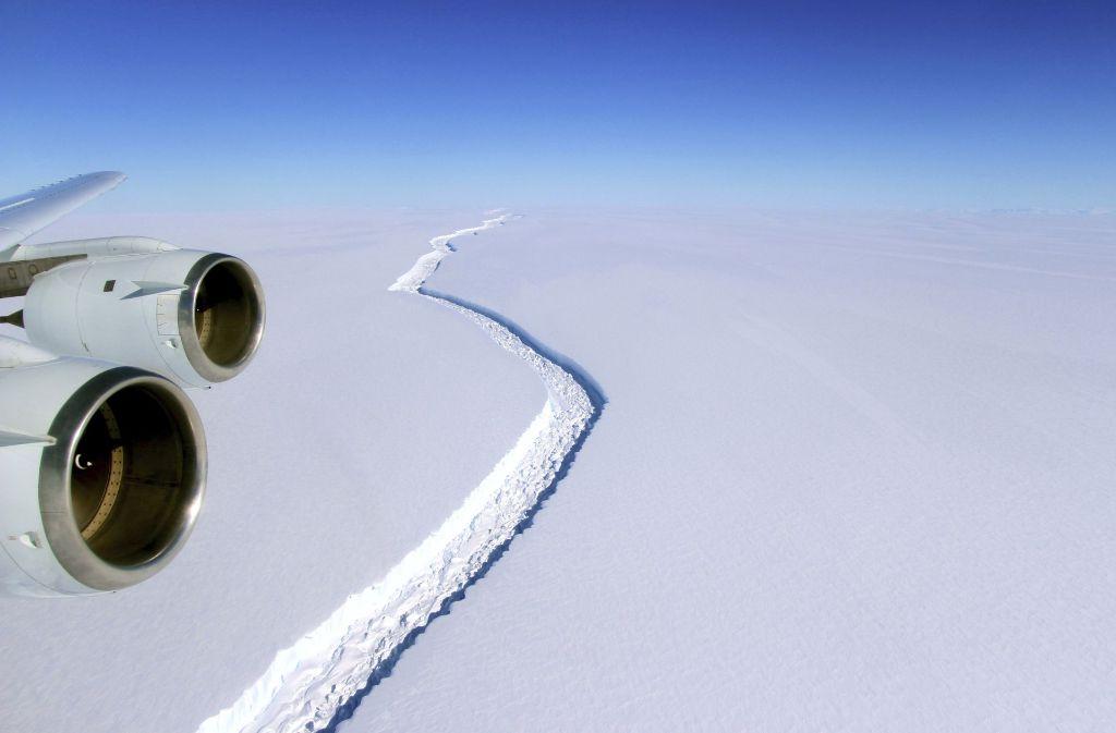 Ein gewaltiger Riss trennt das Eis vom Festland Foto: NASA/John Sonntag