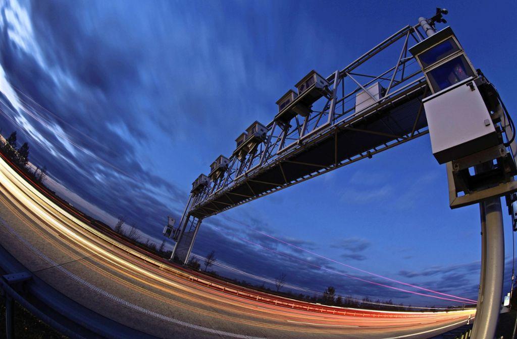 Mautbrücke an der A14. Im langjährigen Lkw-Mautstreit  gibt es nach 14 Jahren eine Einigung. Foto: dpa-Zentralbild