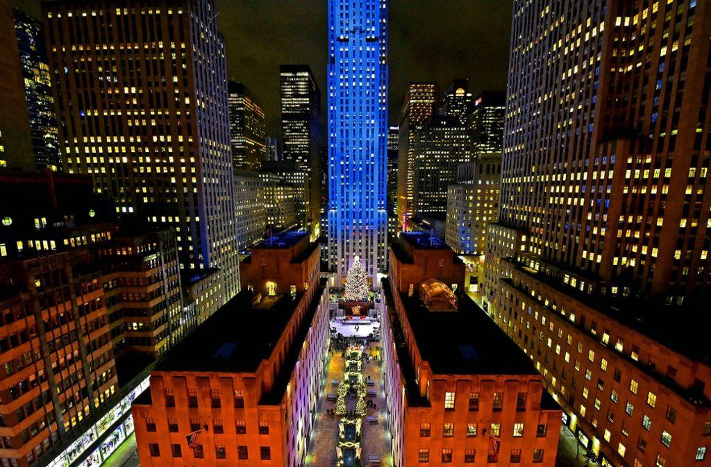 Der berühmteste Weihnachtsbaum der Welt erstrahlt seit 1931 vor dem Rockefeller Center in New York. Foto: AP