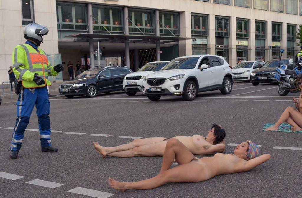 Der nackte Protest sorgte womöglich auch für Erheiterung, hatte aber einen ernsten Hintergrund. Foto: Lichtgut/Max Kovalenko