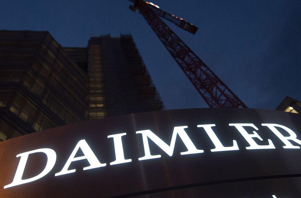 Das Daimler-Logo vor der Konzernzentrale in Stuttgart. Foto: dpa