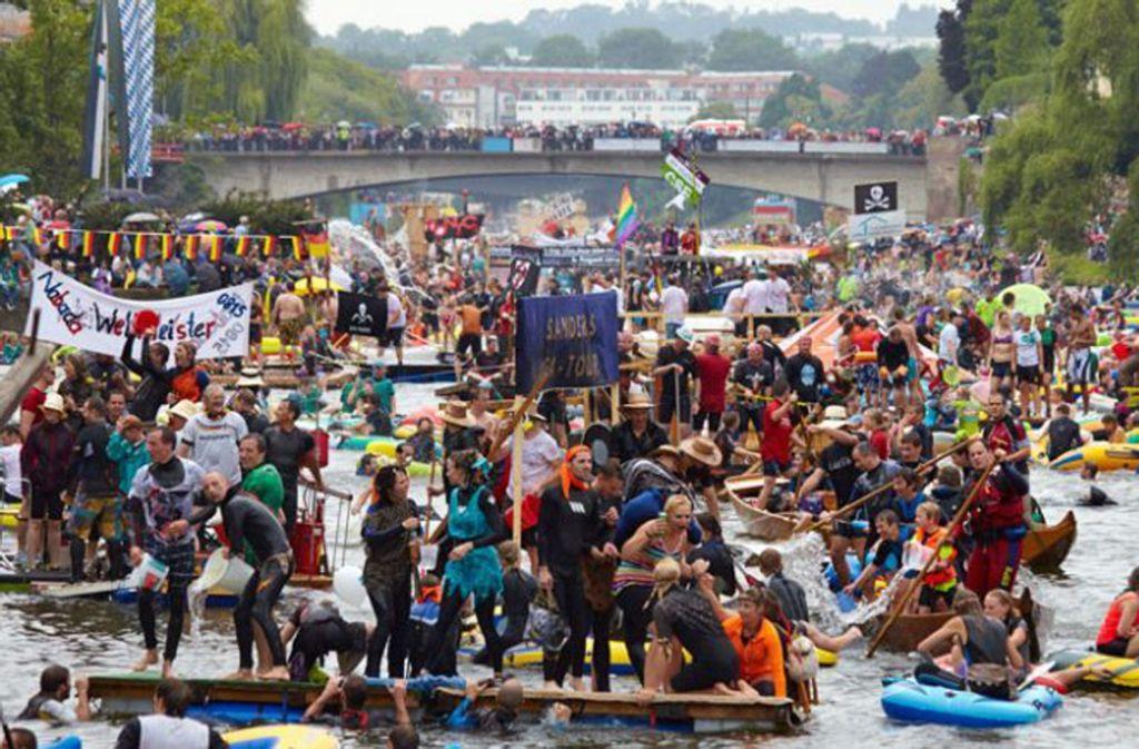 """Jeder mit jedem - das gilt auch für das traditionelle """"Nabada"""" auf der Donau am Schwörmontag im Juli. Foto: Stadt Ulm"""