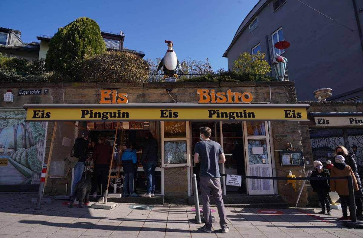 Die Kult-Eisdiele Pinguin am Eugensplatz ist bereits am Sonntag in die Saison gestartet. Foto: Andreas Rosar /Fotoagentur-Stuttg