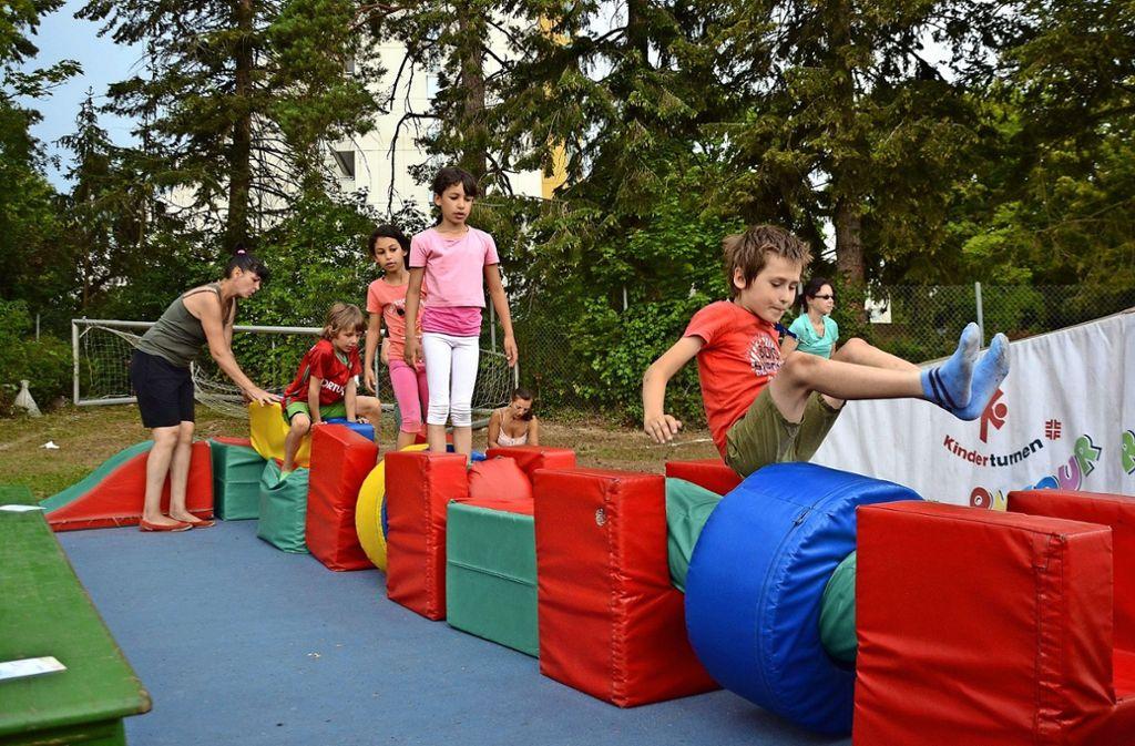 Der  Balance-Parcours war eine von vier Stationen, die das Kinderturnmobil beim Sommer- und Kinderfest des ASV  aufgebaut hatte. Foto: Thomas Weingärtner