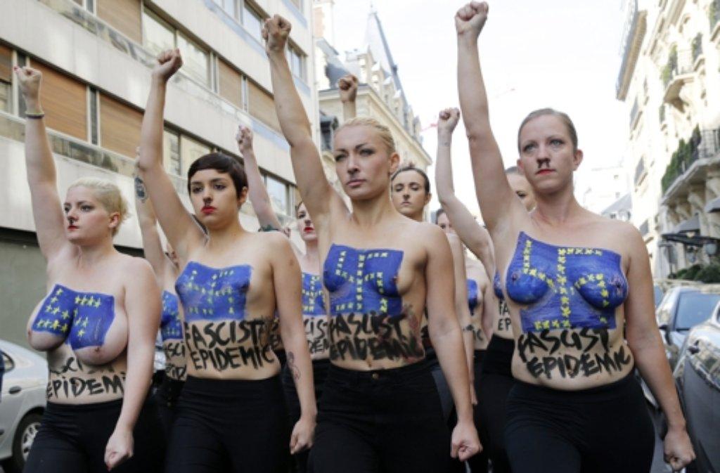 Den Arm gereckt, die Brust unbedeckt: Femen-Protest gegen die rechtsextreme Front National in Paris. Foto: dpa