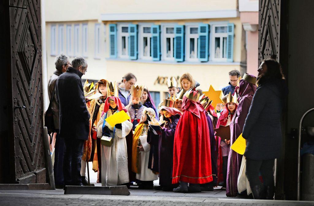 Der Esslinger Baubürgermeister Wilfried Wallbrecht (links) begrüßt die Esslinger Sternsinger. Foto: Horst Rudel