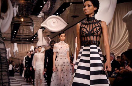 Dior überzeugt mit surrealistischer Modekreation