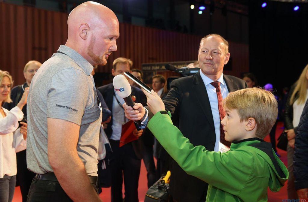 Kilian befragt den Astronauten Alexander Gerst. Der zehnjährige Stuttgarter Schüler will selber Astronaut werden. Foto: dpa
