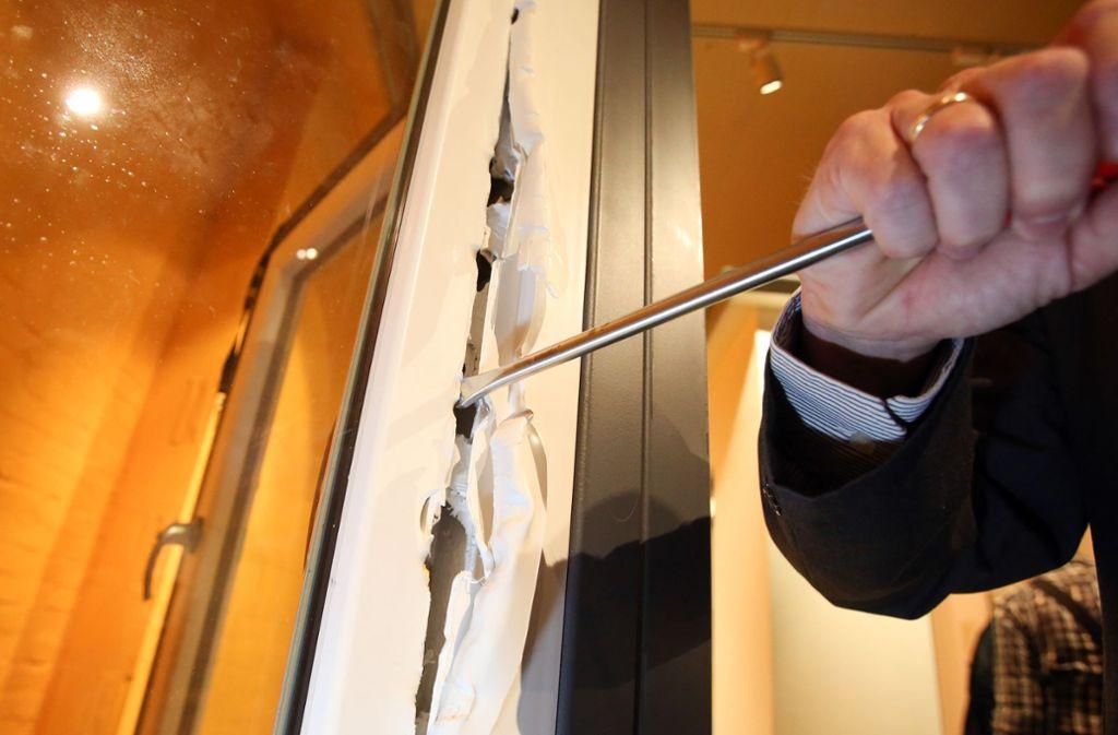 Der Einbrecher hat die Eingangstür zu der Gaststätte aufgehebelt. (Symbolbild) Foto: dpa