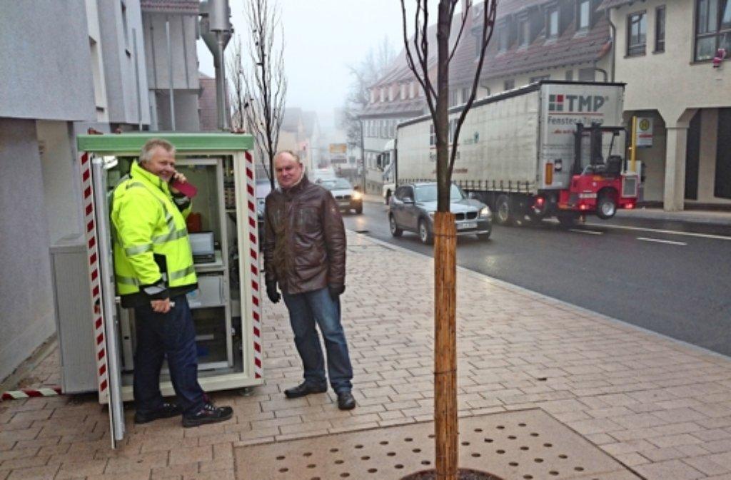 Werner Alkofer (rechts) überwacht die Installation der Mess-Station Grabenstraße. Foto: lkz