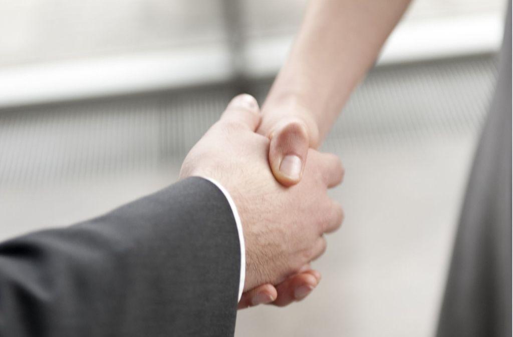 Mit dem Händedruck beginnt das Vorstellungsgespräch: Darf der künftige Arbeitgeber einen Bewerber auch über Krankheiten, Schulden oder politische Einstellungen ausfragen? Foto: Archiv
