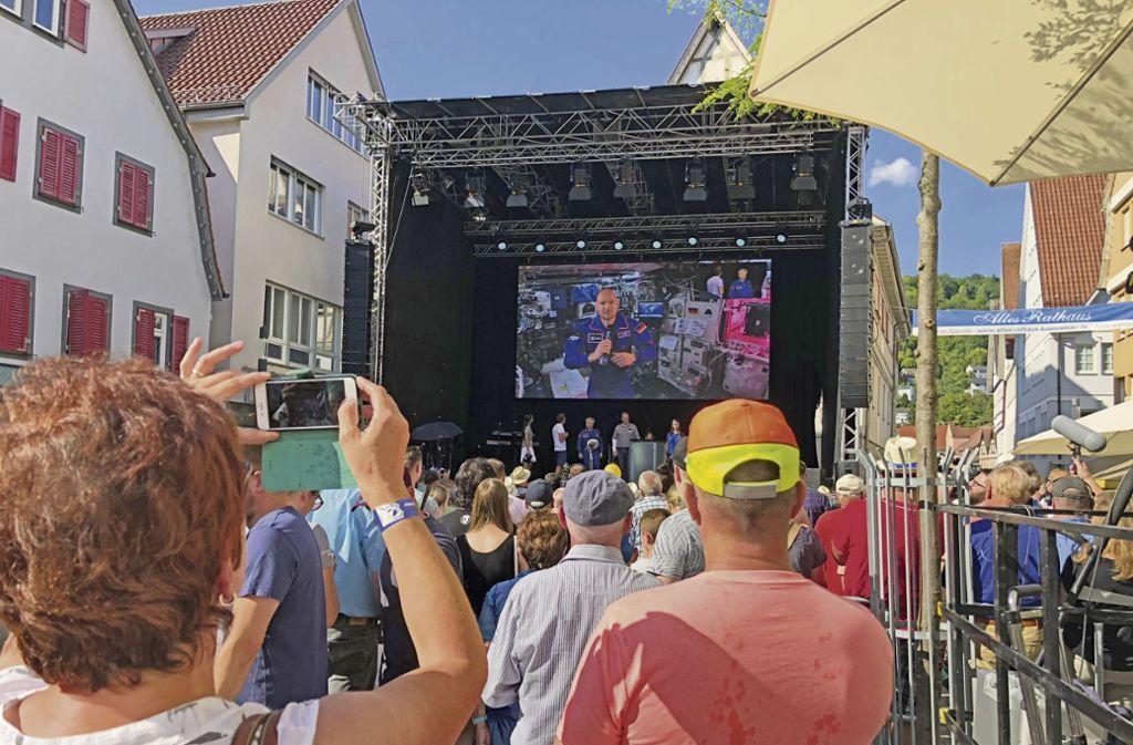 Für 20 Minuten ist Gerst via Leinwand in seiner Heimatstadt zu Besuch. Foto: Tanja Kurz