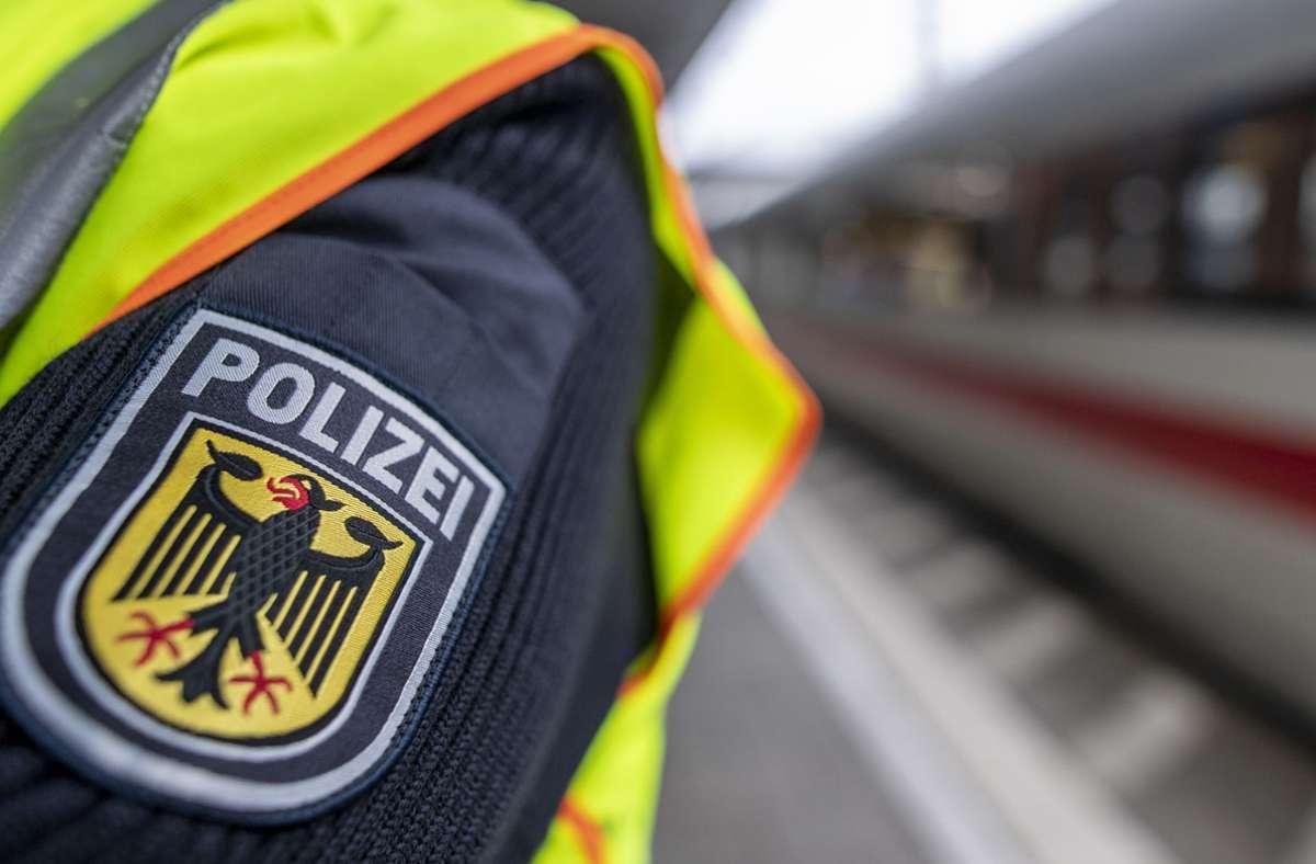 Die Bundespolizei ist für den Bahnverkehr zuständig – manchmal auch nach Feierabend. Foto: picture alliance/dpa/Patrick Seeger