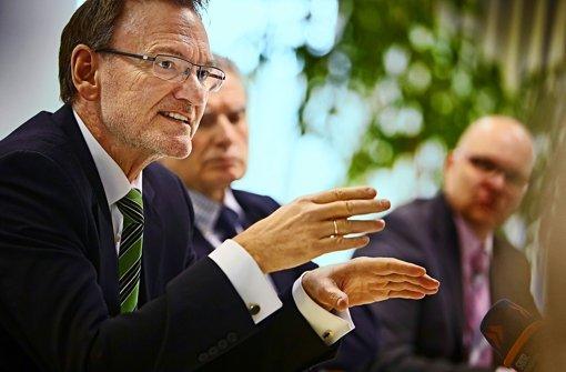 Der Bahn-Vorstand Volker Kefer verhandelt über die Mehrkosten. Foto: Heinz Heiss