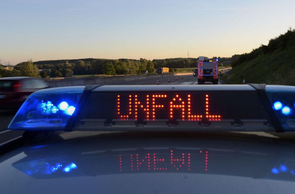 Bei einem Unfall auf der A5 ist ein Lkw-Anhänger auf der Fahrbahn umgestürzt. (Symbolbild) Foto: dpa