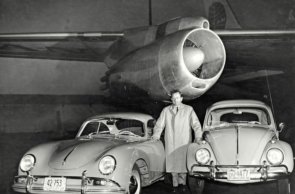 Entstammen Porsche 356 und VW Käfer (dazwischen: Ferry Porsche) derselben Designsprache, der Linie von Erwin Komenda? Foto: Porsche