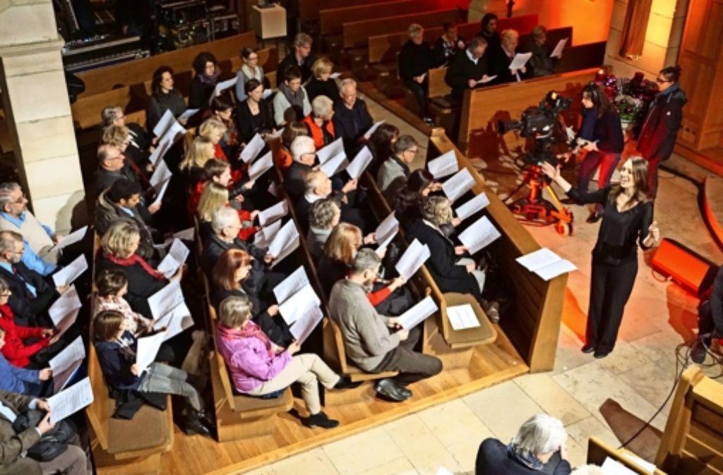Severine Henkel vom Chor Go(o)d News dirigiert auch den Gemeindechor. Foto: Ursula Vollmer
