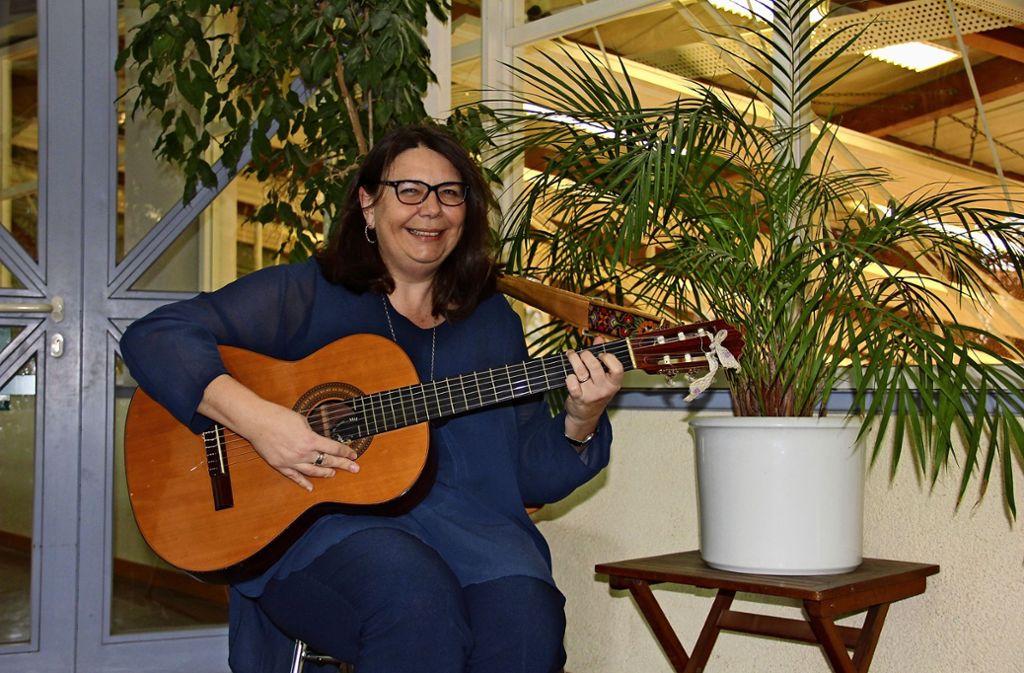 An der Grundschule ein bekanntes Bild: Ursula Neff mit Gitarre Foto: Bernd Zeyer