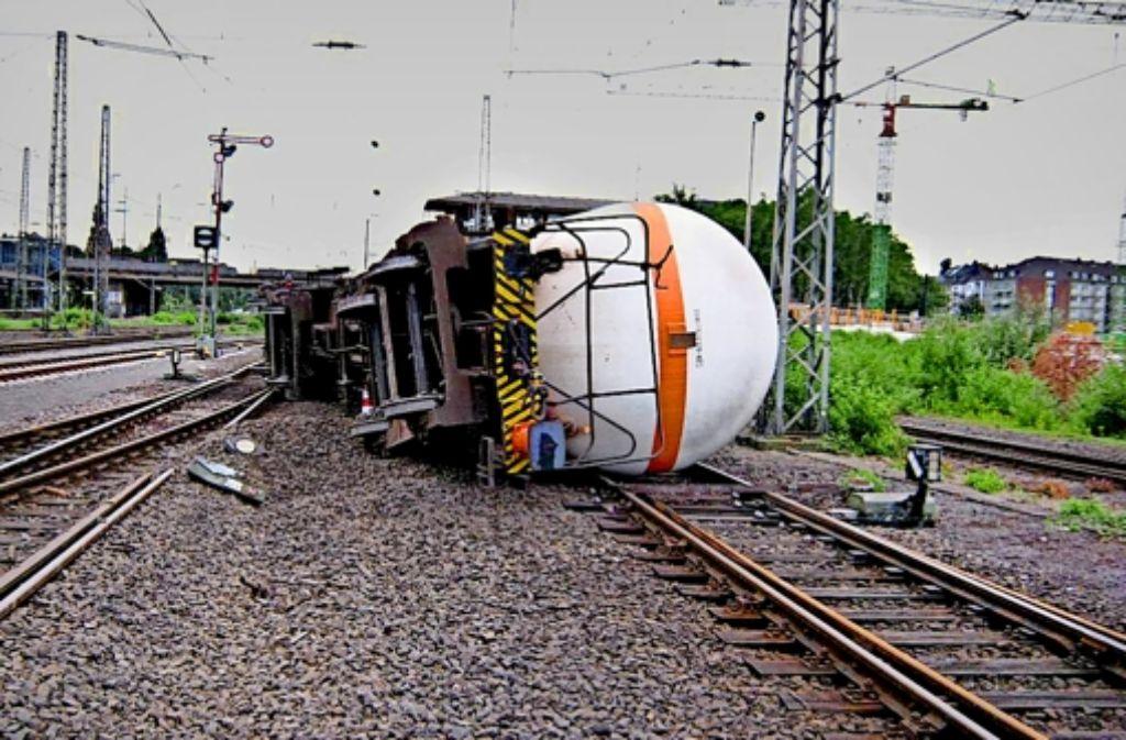 Im Bahnhof Düsseldorf-Derendorf sind im Juli 2013 vier Kesselwagen eines Güterzuges entgleist, der das gefährliche  Propen-Gas transportierte. Foto: Eisenbahn-Bundesamt