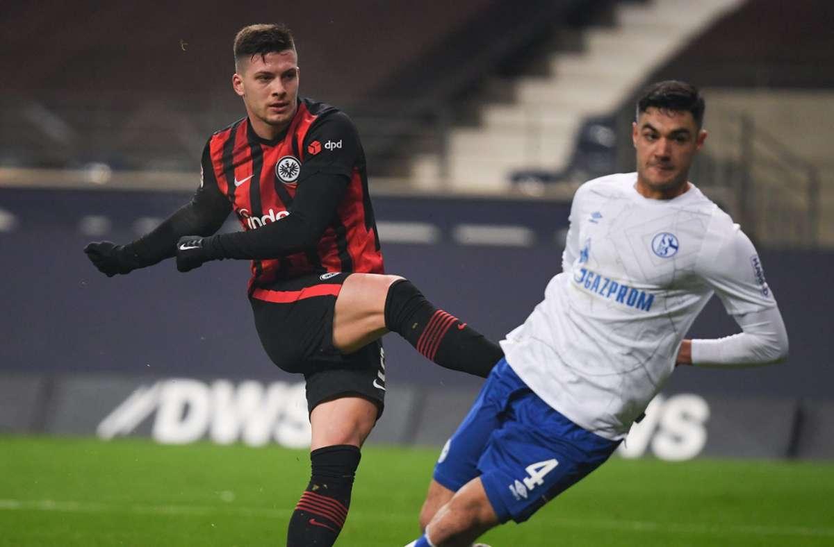 Frankfurts Luka Jovic (l) schießt neben Schalkes Ozan Kabak das Tor zum 3:1. Foto: dpa/Arne Dedert