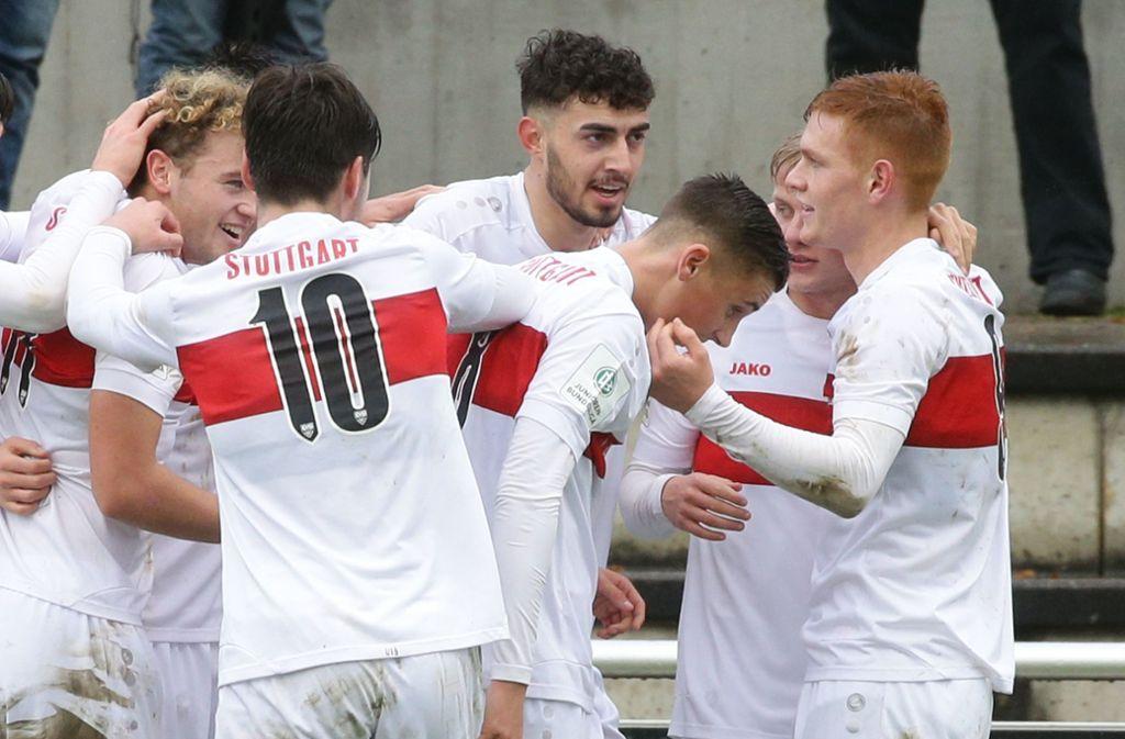 Nach 37 Minuten köpft Hamza Cetinkaya (Mitte hinten) den VfB in Führung. Am Schluss heißt es 2:0 gegen Bochum. Foto: Pressefoto Baumann/Hansjürgen Britsch