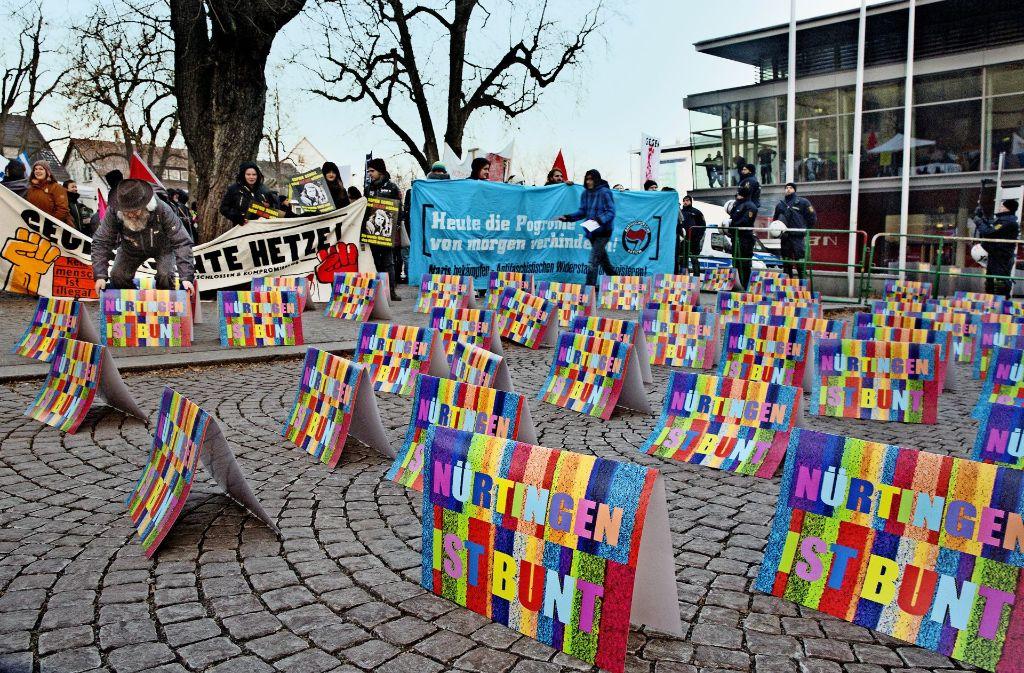 Bei klirrender Kälte haben die Demonstranten stundenlang vor der Nürtinger Stadthalle K3N ausgeharrt. Foto: Horst Rudel