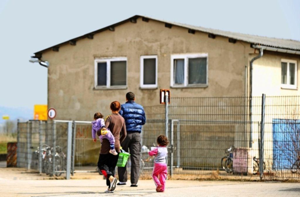 Angekommen? Eine Flüchtlingsfamilie vor einer Tübinger Asylunterkunft Foto: dpa