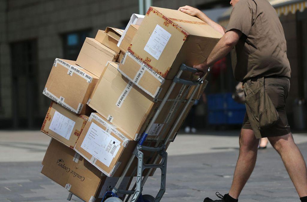 Der Mann besprühte den Paketboten durch eine geöffnete Seitenscheibe seines Fahrzeugs. (Symbolbild) Foto: dpa/Oliver Berg