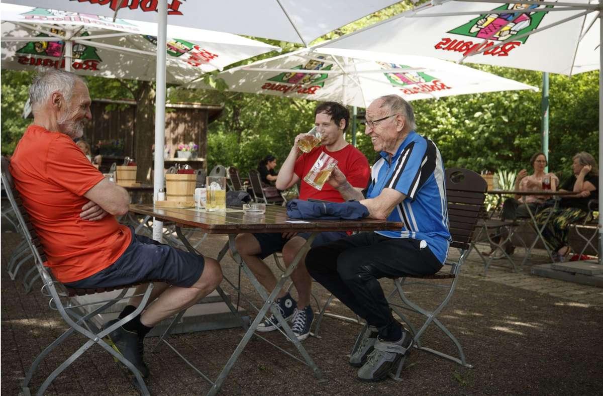 Im Außenbereich des Fellbacher Kuckuck  waren die Plätze am Sonntagmittag weitgehend reserviert. Beim VfL Waiblingen war eher abends Vollbetrieb. Foto: /Gottfried Stoppel