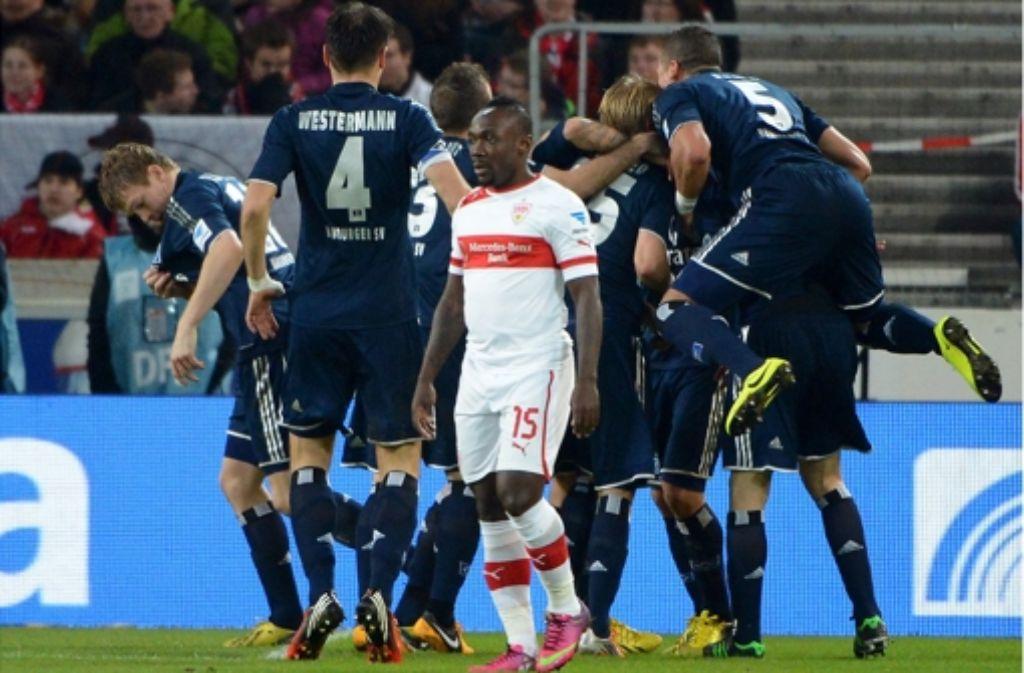 Ziemlich betröppelt: der VfB-Verteidiger Arthur Boka nach dem Hamburger Führungstor. Foto: dpa