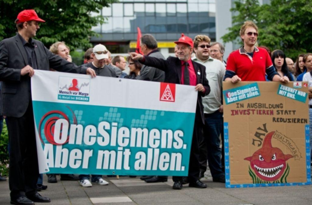 Der Stellenabbau würde schon befürchtet – Siemens-Mitarbeiter nehmen am 23. Mai in Erlangen an einem Bundesweiten Aktionstag der IG Metall anlässlich des geplanten Umbaus des Elektrokonzerns teil. Foto: dpa