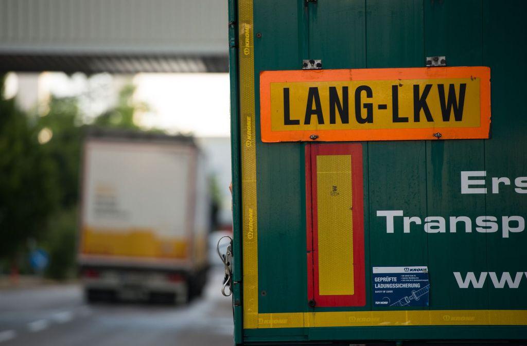 Umweltverbände wollen die Zulassung der umstrittenen Riesenlaster auf deutschen Straßen mit einer Klage kippen. Foto: dpa