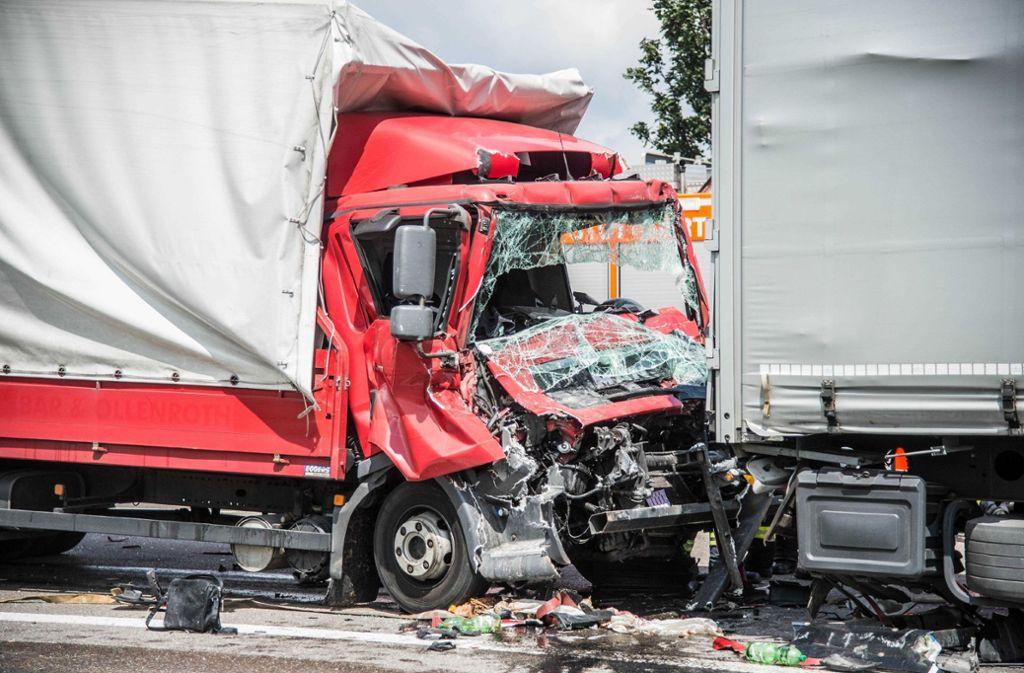 Ein Lkw-Unfall auf der A8 bei der Anschlussstelle Stuttgart-Möhringen hat am Donnerstagmittag zu langen Staus geführt. Foto: SDMG