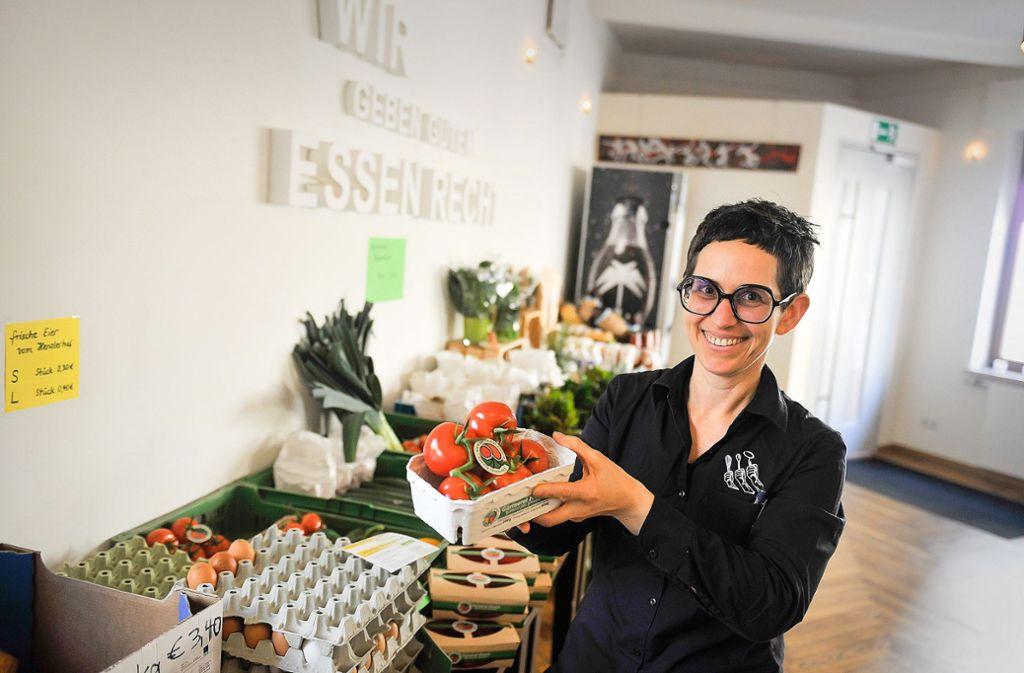 Supermarkt statt Lokal: Dorit Münzer-Bock verkauft jetzt Gemüse. Foto: Lichtgut/Max Kovalenko