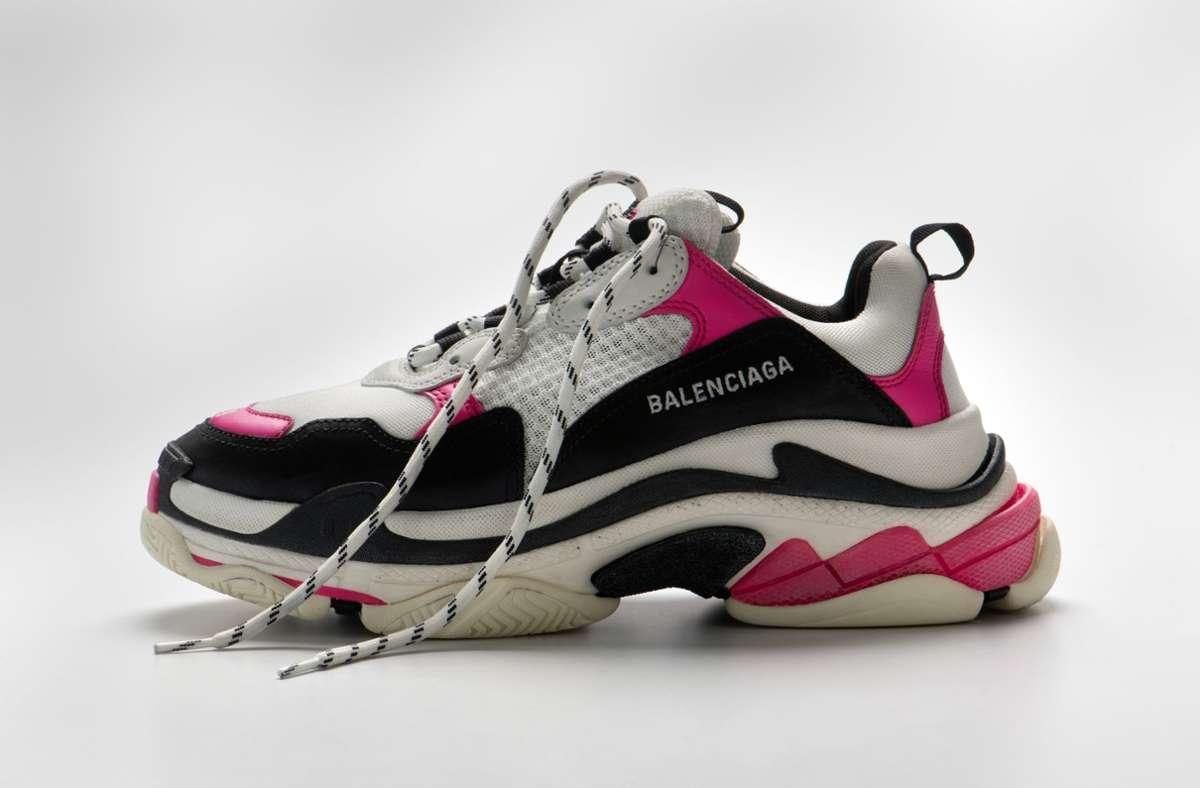 Im Landesmuseum Württemberg geht es auch um aktuelle Trends – und etwa Sneakers_von Balenciaga. Foto: Landesmuseum Württemberg, Hendrik Zwietasch