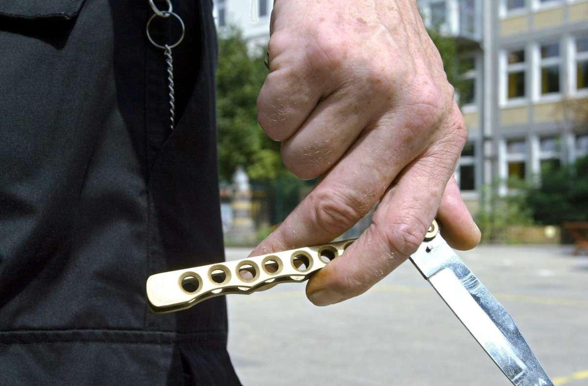 Die Polizisten brachten den Mann schließlich unter Vorhalt einer Dienstwaffe dazu, das Messer wegzulegen. (Symbolbild) Foto: dpa/Ingo Wagner