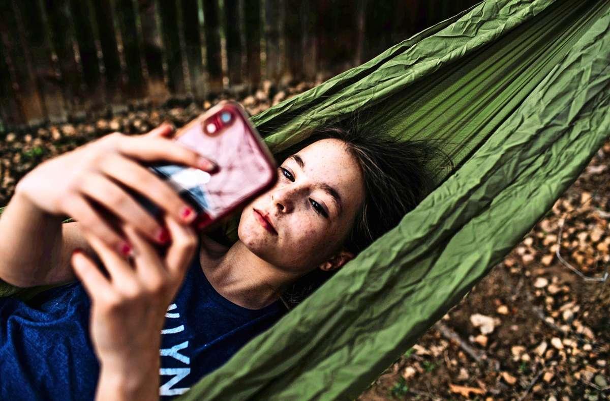 Viel Zeit in sozialen Netzwerken zu verbringen, kann auch belastend sein – nicht nur für Teenager. Foto: imago/Cavan Images