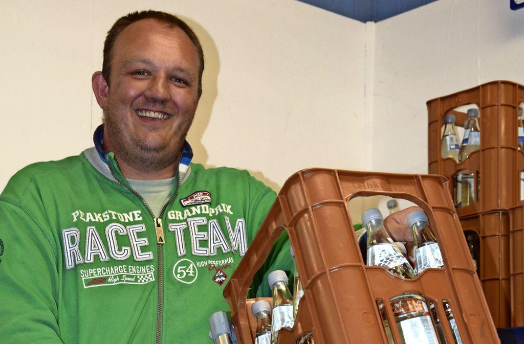 Hans-Peter Kastner will künftig nur noch Glasflaschen verkaufen, um Plastikmüll zu reduzieren. Foto: Alexandra Kratz