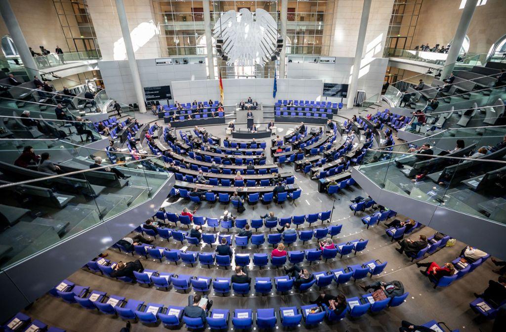 Mit großer Mehrheit hat der Bundestag Gesetzesänderungen beschlossen, die Verbrauchern in der aktuellen Notlage helfen sollen. (Symbolbild) Foto: dpa/Michael Kappeler