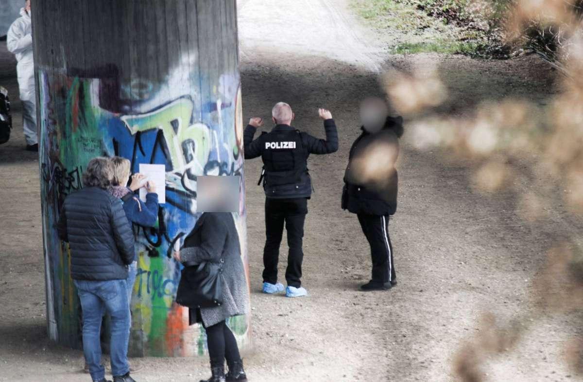 Die Polizei hat in der Umgebung des Tatorts in Ebersbach intensiv nach Spuren gesucht und Zeugen befragt. Und sie ist vorangekommen bei ihren Ermittlungen. Foto: 7aktuell/Kevin Lermer